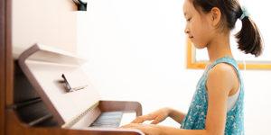 ピアノを習う小学生の女の子