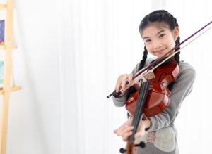 バイオリンを構える女の子