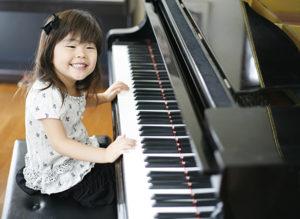 ピアノが楽しそうな女の子